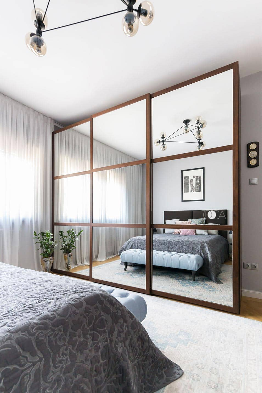 Dressingul inalt apare ca o oglinda frumoasa in fata patului