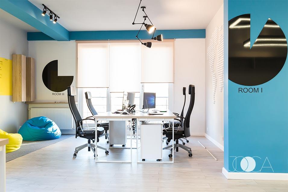 Cele doua spatii de openspace sunt despartite de un perete pe care l-am colorat in acelasi albastru care se regaseste si in identitatea vizuala a firmei