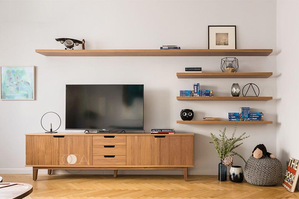 Comoda TV si politele sunt realizate din furnir si recreeaza atmosfera retro-chic a spatiului