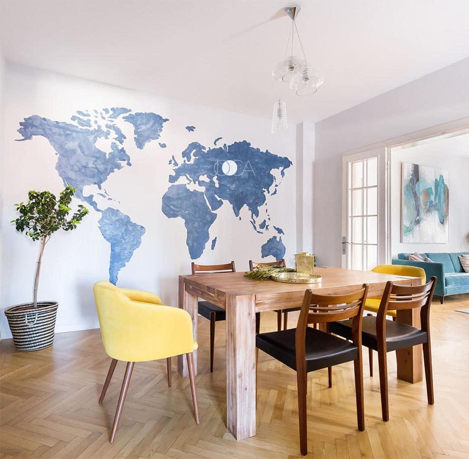 Zona de dining este separata de living printr-un set de usi mari din sticla, care lasa sa patrunda toata lumina naturala. Harta lumii tine locul unui tablou si este pictata manual direct pe perete.