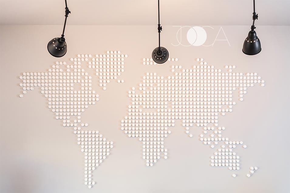 In al doilea spatiu de birouri openspace, elementul principal de decor este o harta realizata pe comanda din mii de buline montate manual