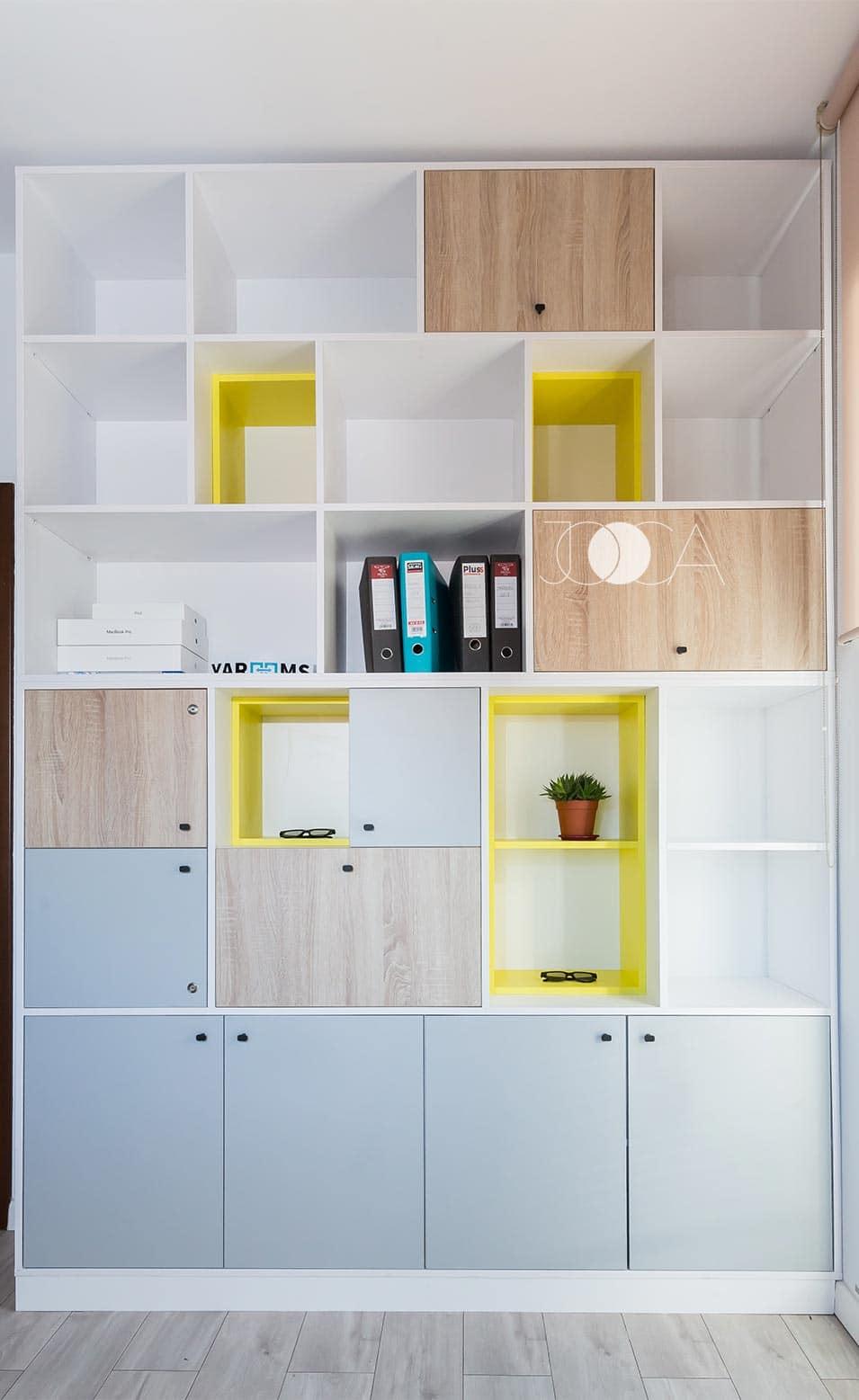 Zona de depozitare are un aer jucaus, cu zone inchise combinate cu cele deschise si culori neutre aflate in contrast cu tonuri vii de galben