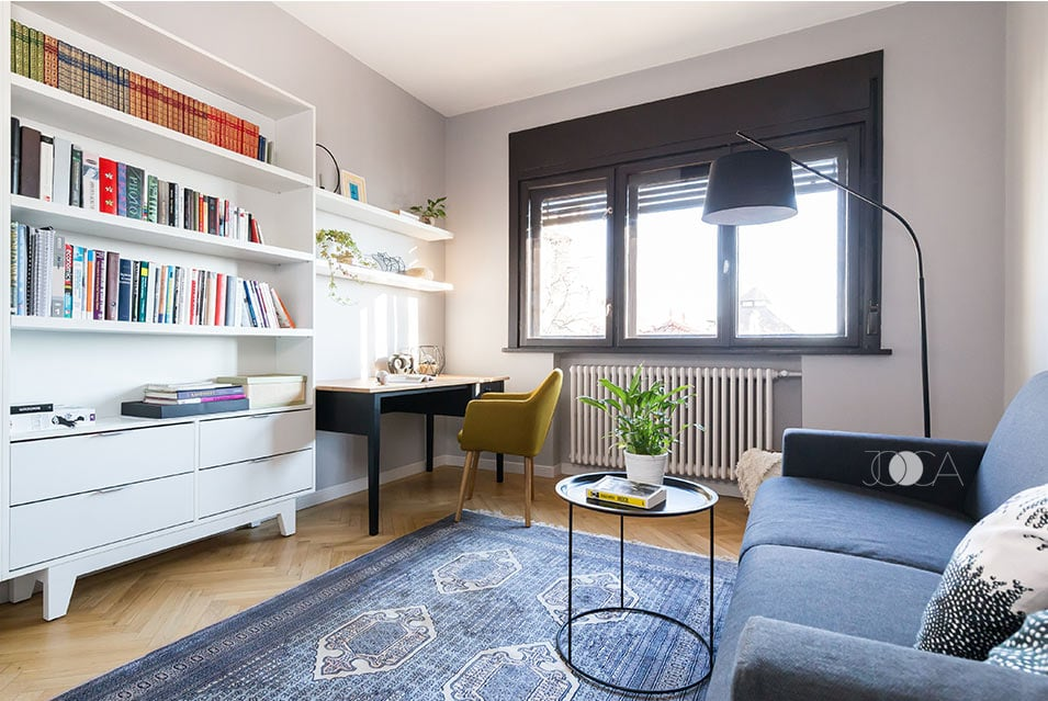 Camera de oaspeti este realizata in acelasi stil retro- chic. Biblioteca are un spatiu generos pentru depozitarea cartilor, canapeaua este extensibila, iar pata de culoare este data de scaunul galben, aflat in contrast cu biroul.