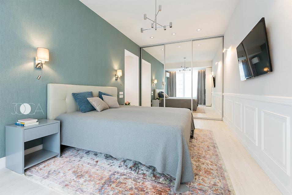 Dormitorul matrimonial este realizat in tonuri pastelate de gri si albastru, iar dressingul inalt, cu fronturi placate cu oglinda mareste vizual toata incaperea