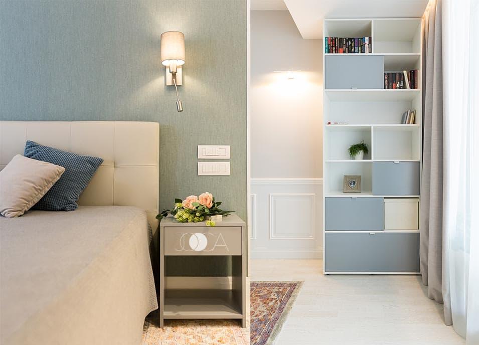 Culoarea peretilor, tonurile de gri ale mobilierului, profilele aplicate pe perete si textura covorului se combina intr-un dormitor armonios