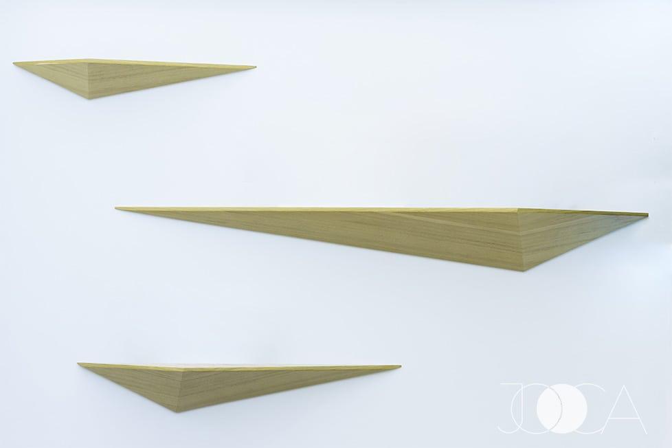 Politele realizate din mdf furniruit au si ele forma de V, dar in tridimensional