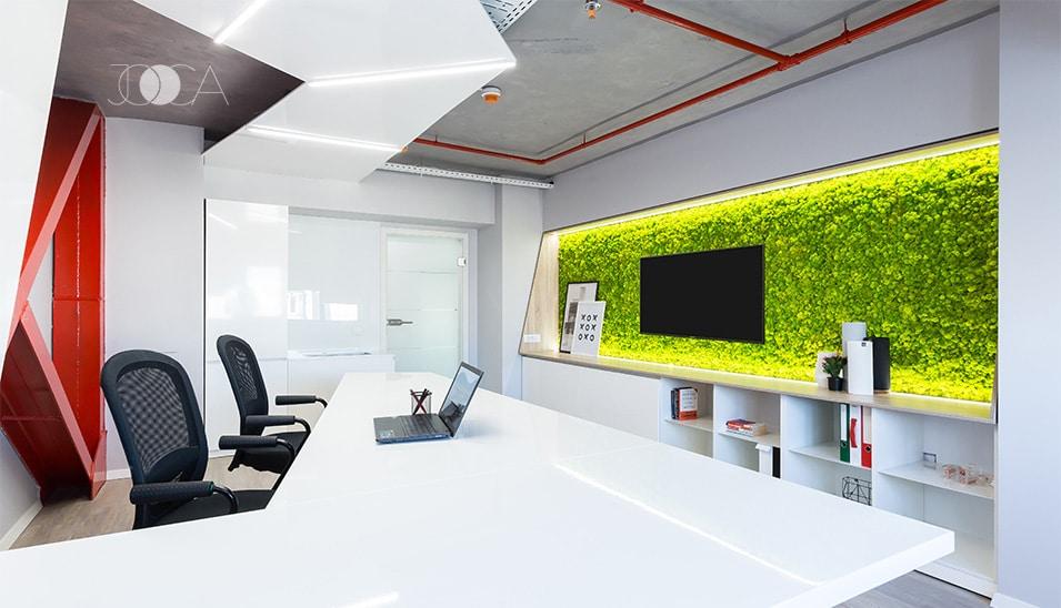 Peretele decorativ de licheni completeaza amenajarea interioara a biroului printr-o pata de culoare