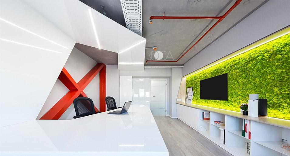 Plafonul cu o textura de beton contrasteaza cu albul high-tech al mibilierului, astfel se creeaza un design de birou futurist