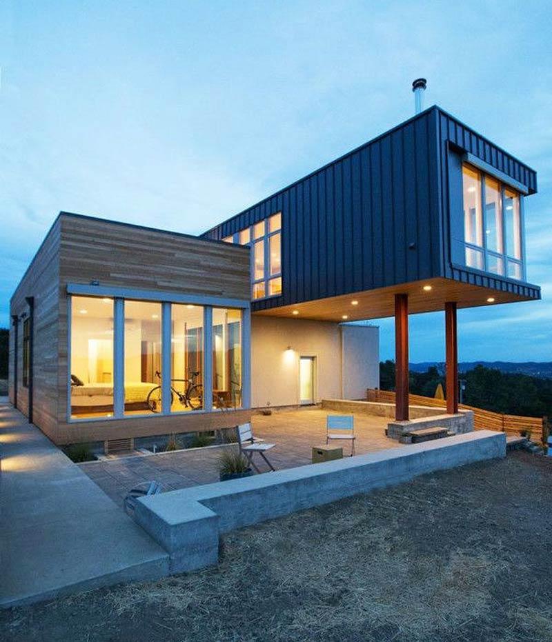 Un alt exemplu de arhitectura moderna. Containerul din care este realizat nivelul superior al locuintei este pozitionat perpendicular fata de parter, acoperind si marcand intrarea in casa.