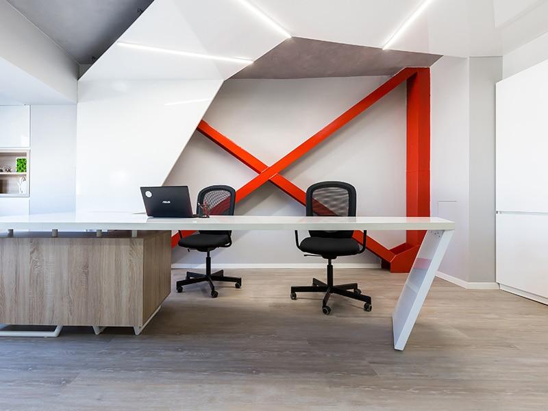 Designul interior al unui birou pentru avocati din Bucuresti este altfel: minimal, puternic prin X-ul rosu din structura cladirii.