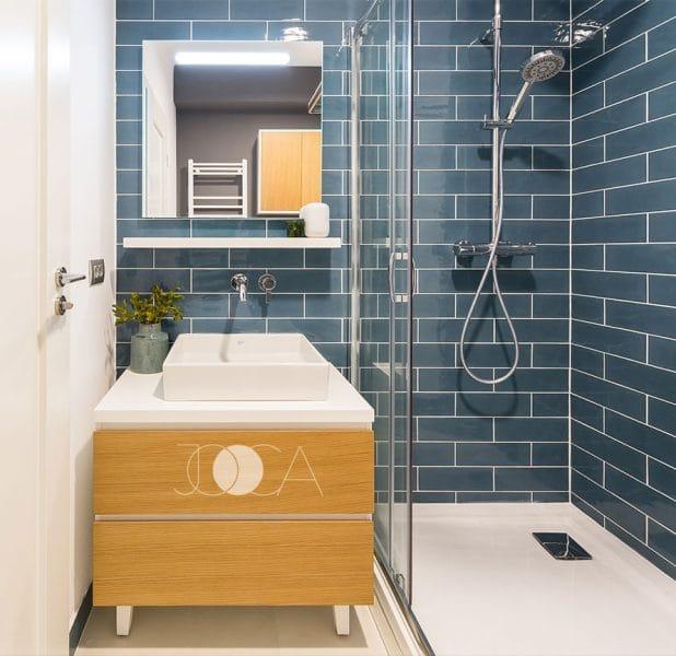baie cu dus si gresie albastra