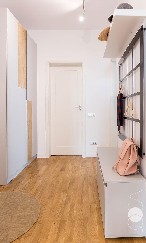 Amenajrea holului s-a bazat pe simplitate si functionalitate. Mobilierul consta intr-un dulap pentru depozitare si un cuier format dintr-o bancuta tip pantofar, o polita suspendata si un cuier tip grid, realizat din bond