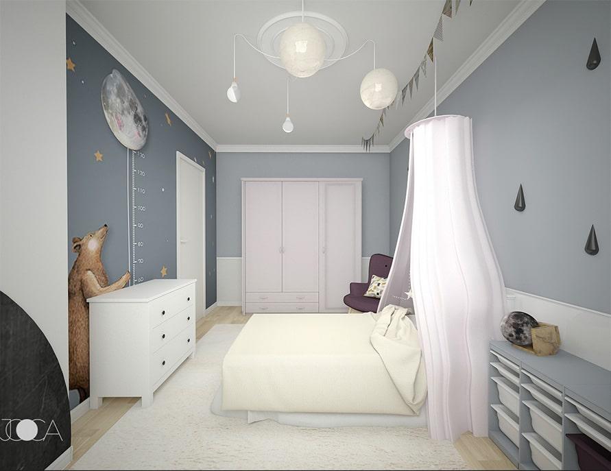 In capatul camerei este pozitionat dulapul de haine, colorat intr-un roz pal si cu fornturi profilate. Comoda din fata patuluieste alba si are rol de depozitare. In spatelei ei este amplasat un sticker decorativ care inveseleste atmosfera camerei.