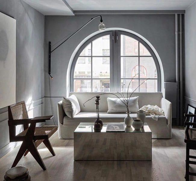 Un living minimal, in care toate obiectele sunt atent curatoriate si au un sens pentru persoana care locuieste acolo.