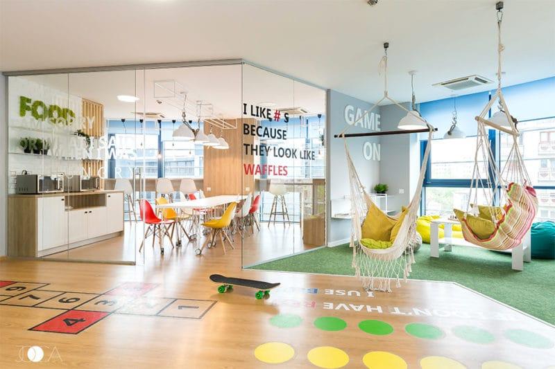 Zona de relaxare si chicineta sunt separate cu ajutorul unor pereti de sticla, care confera o imagine luminoasa si deschisa a intregului spatiu.