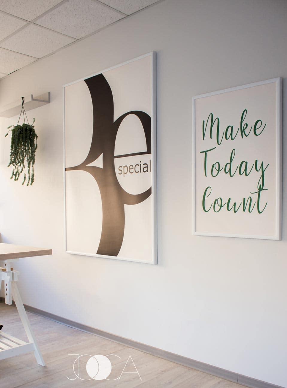 receptia showroomului de produse publicitare Today este minimala, simpla si alba, Pe peretele gri din spatele receptiei iese in evidenta cuvanmtul WOW, din litere volumetrice, cuvant ce defineste stilul de lucru al firmei client.