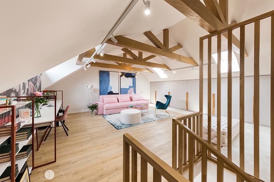 Lemnul a fost folosit atat pentru placarea grinzilor originale, cat si la compozitia pentru casa scarii.. Mana curenta si treptele sunt realizate din lemn stratificat si creeaza o legatura intre mansarda si restul casei.