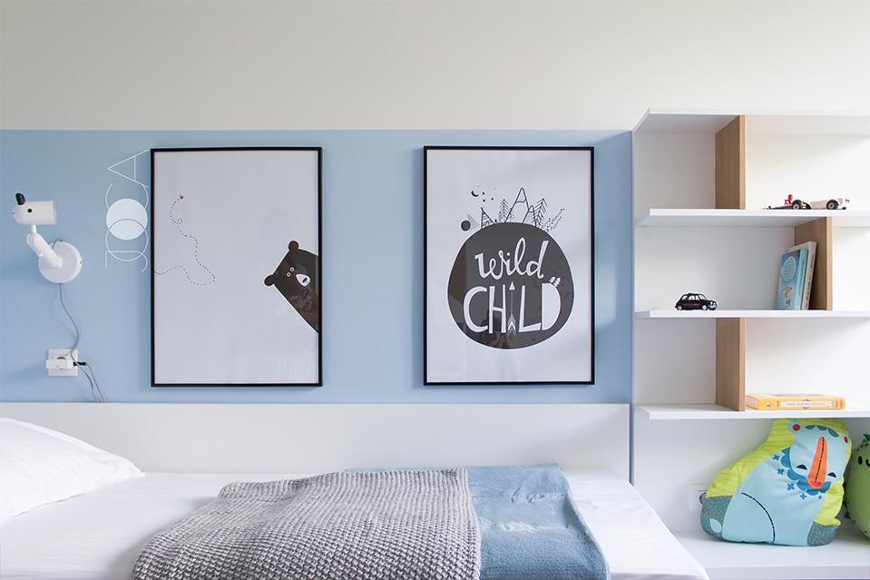 Camera baiatului este jucausa si curata, cu o cromatica bazata pe albastru.