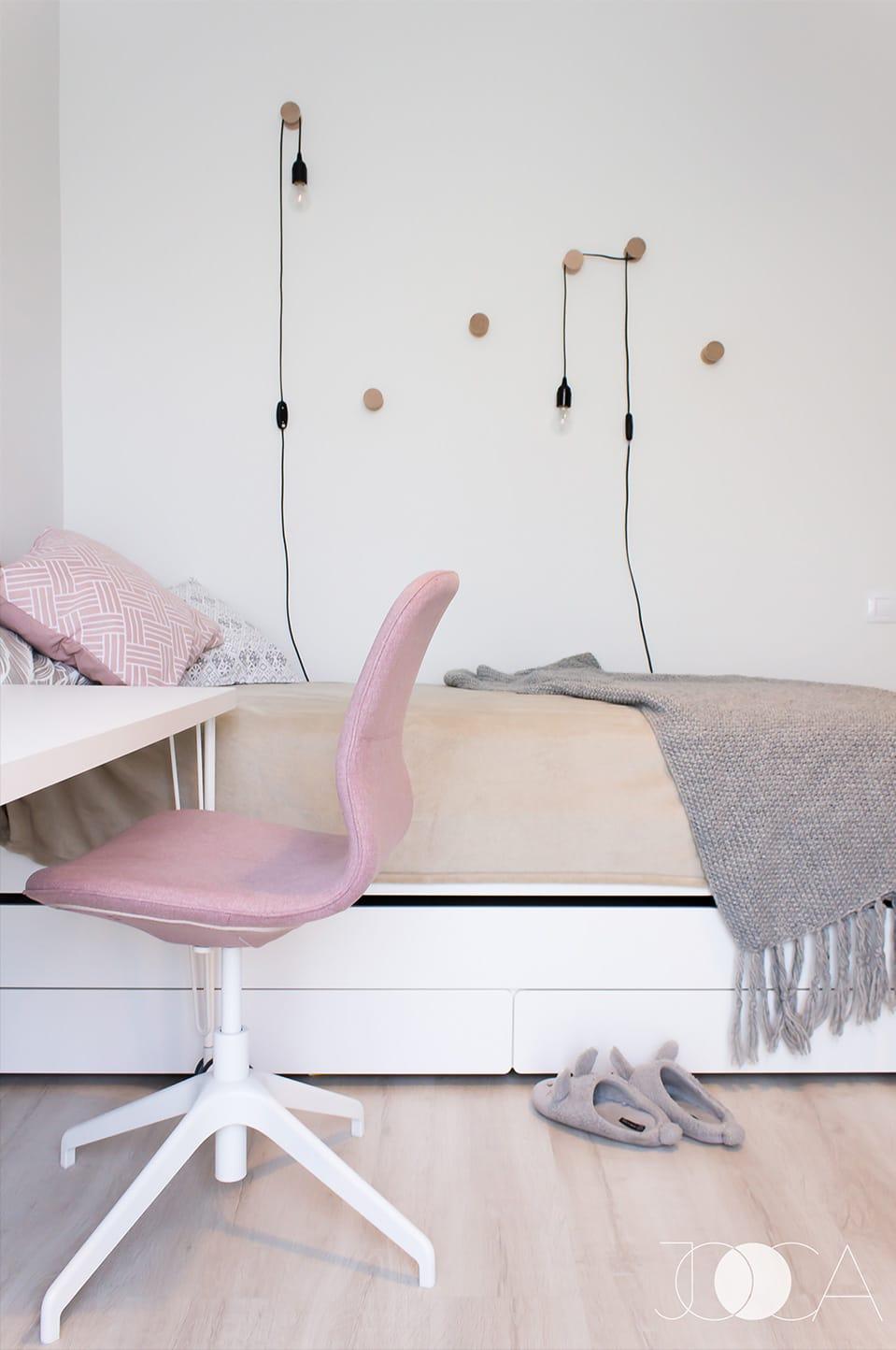 Camera feiteti este luminoasa, cu accente de roz pastelat. Langa pat, am facut un joc din butoni de lemn, pe care am atarnat cateva lampi, perfecte pentru citit.