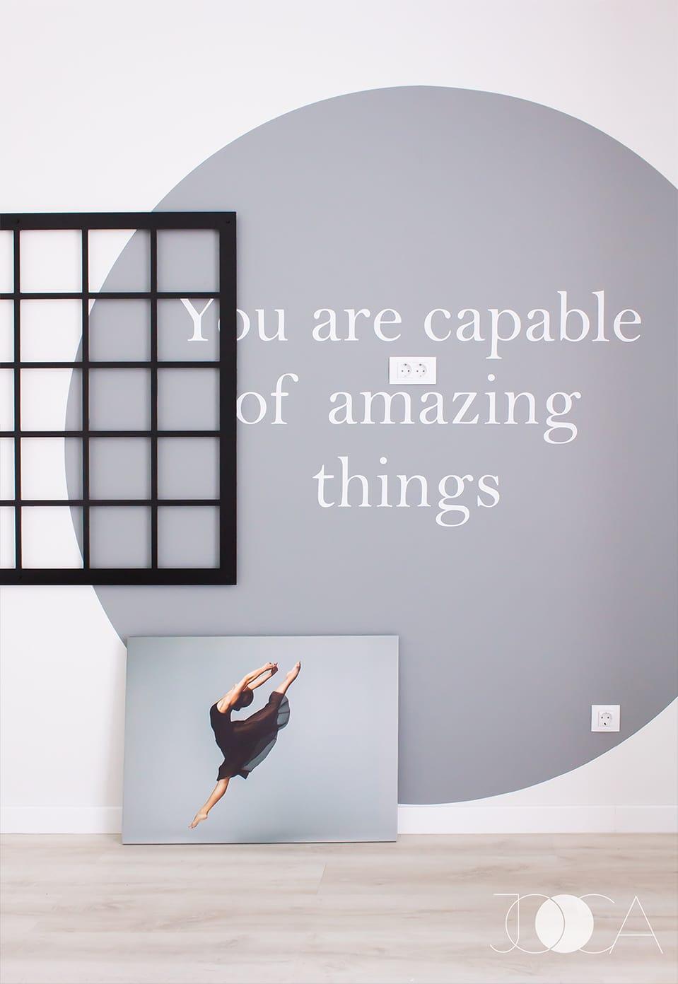 Pasiunile pentru dans si fotografie sunt punse in lumina de perete din fata patului. Gridul metalic este folosit pentru expunerea de fotografii, iar stickerul rotund o incurajeaza pe M. in fiecare zi.