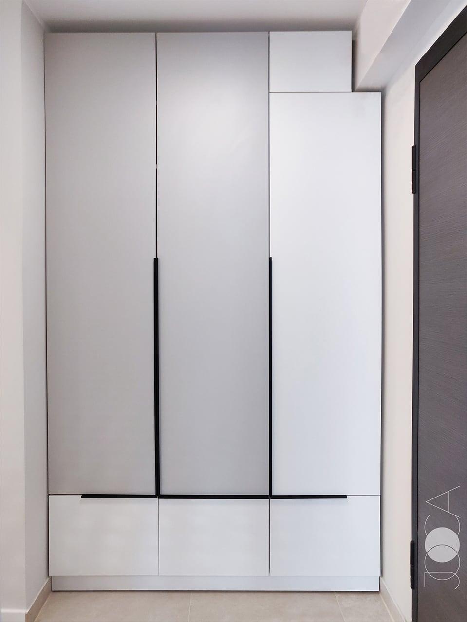 Spatiile de depozitare sunt simple si inalte, realizate intr-o combinatie de gri si alb. Manerele sunt de tip profile metalice, vopsite negru.