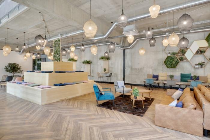 Zona de lounge cu mobilier diversificat