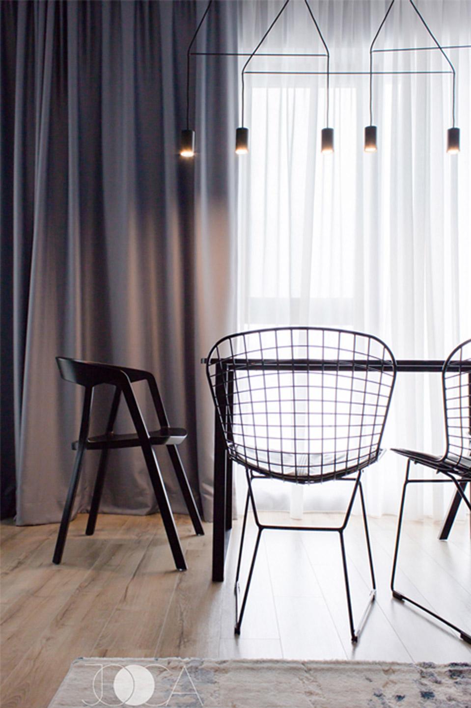 Zona de dining este pozitionata in fata ferestrelor mari din living. Am ales un corp de iluminat cat mai slim si minimal, pentru a nu obtura vederea catre exterior.