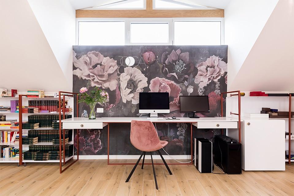 Biroul are o structura minimalista, ce lasa ca accentul sa cada pe tapetul floral montat pe peretele din fata lui.