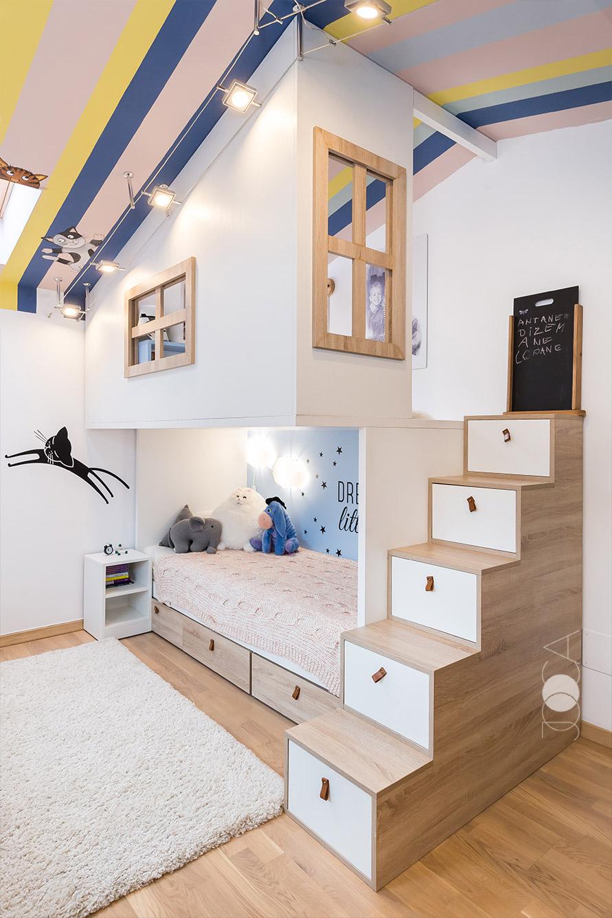 Inaltimea camerei ne-a permis crearea unei casute de lemn care adaposteste zona de dormit si locul de joaca.