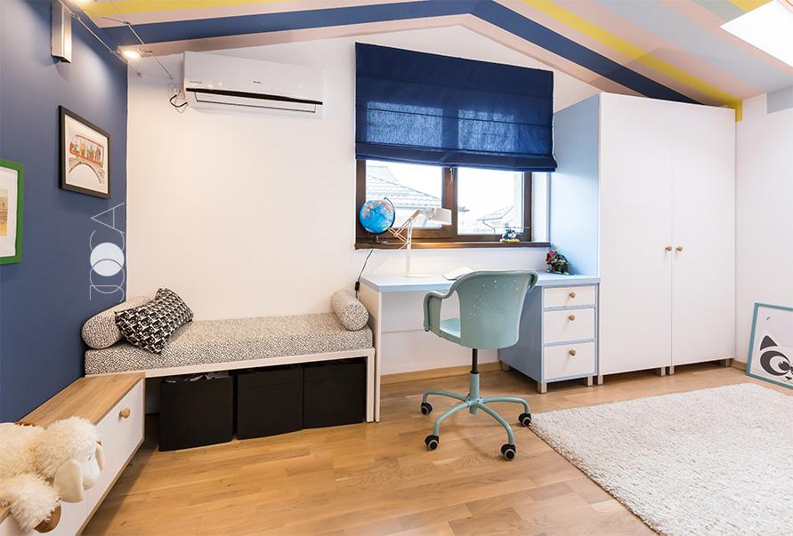 Biroul este amplasat in dreptul ferestrei, pentru a profita cat mai mult de lumina naturala atunci cand trebuie sa isi faca temele.
