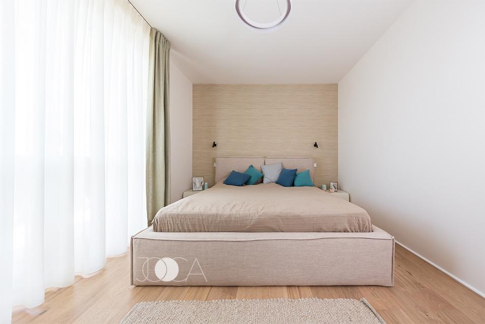 Caldura intregului spatiu se face simtita prin culorile neutre imbinate cu grija si prin materialelele textile folosite.