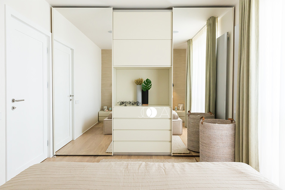 Dressing-ul ocupa intregul perete si este placat cu oglinzi inalte, care dau un efect interesant incaperii.