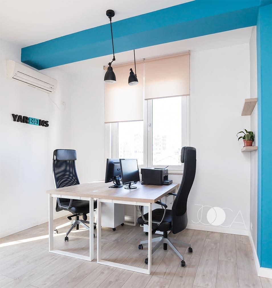 Biroul inchis este folosit in special pentru video-conferinte. La fel ca in restul spatiilor, am folosit si aici acelasi albastru viu pentru accent si acelasi sistem de iluminat.
