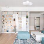 Livingul este despartit de hol prntr-un ansamblu de mobilier ce cuprinde o biblioteca pe o parte, si un dulap mare de haine pe cealalta parte. Biblioteca din living are si spatii inchise, foarte utile pentru depozitare.