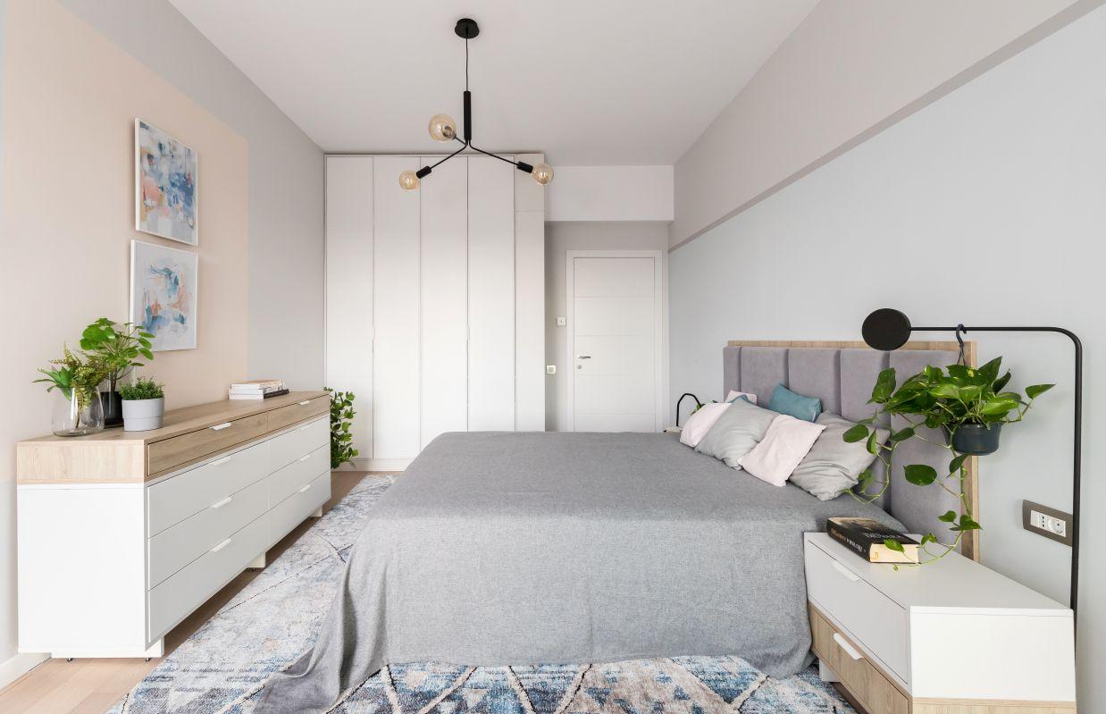 Dormitorul matrimonial este generos si simplu in amenajare. Mobilierul este realizat integral la comanda, in culori deschise si nuante de lemn, pentru o atmosfera aerisita cu influente scandinave.