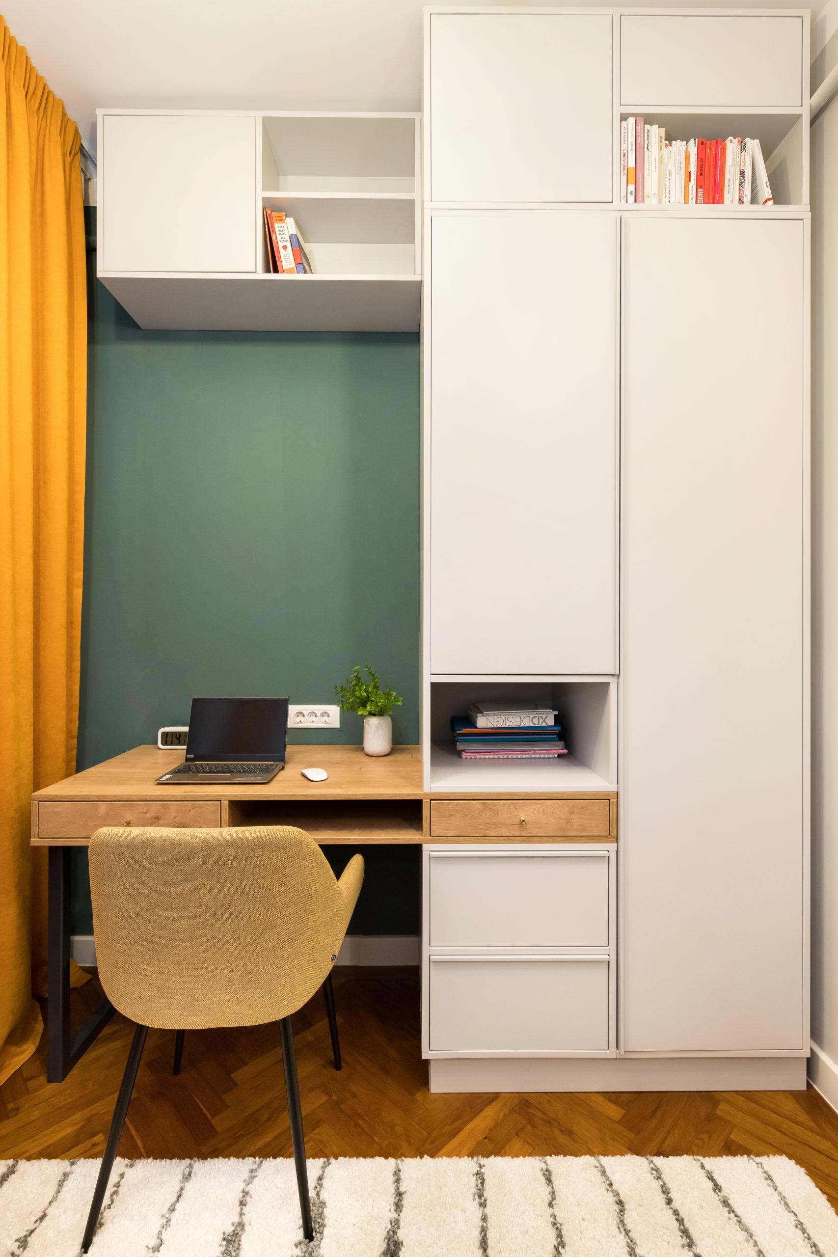 Spatiile de depozitare si masa de birou sunt gandite ca un intreg. Pastreaza un echilibru intre zone inchise/deschise, pentru a nu aglomera spatiul.