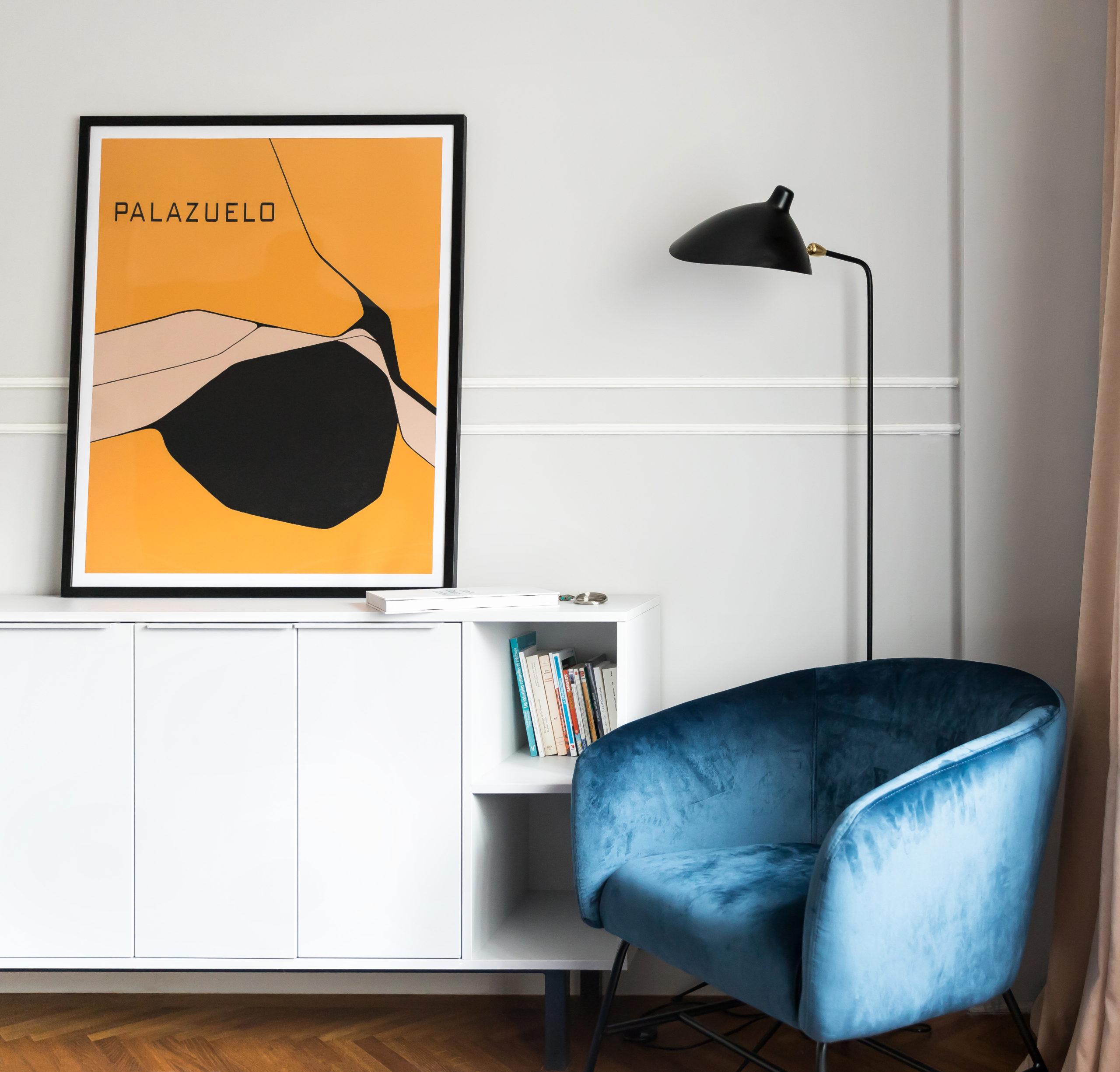 Mobilierul din dormitor pastreaza aceleasi linii simple, moderne. Profilele decorative, lampadarul si catifeaua fotoliului sunt cele care dau aerul retro acestei incaperi.
