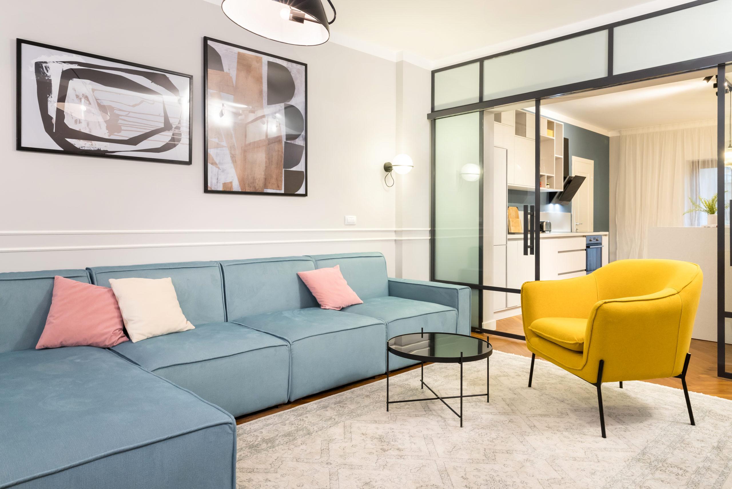 Living-ul si bucataria sunt separate prin glasvand-ul de sticla cu usi glisante. Culorile folosite in amenajarea living-ului inveselesc atmosfera.