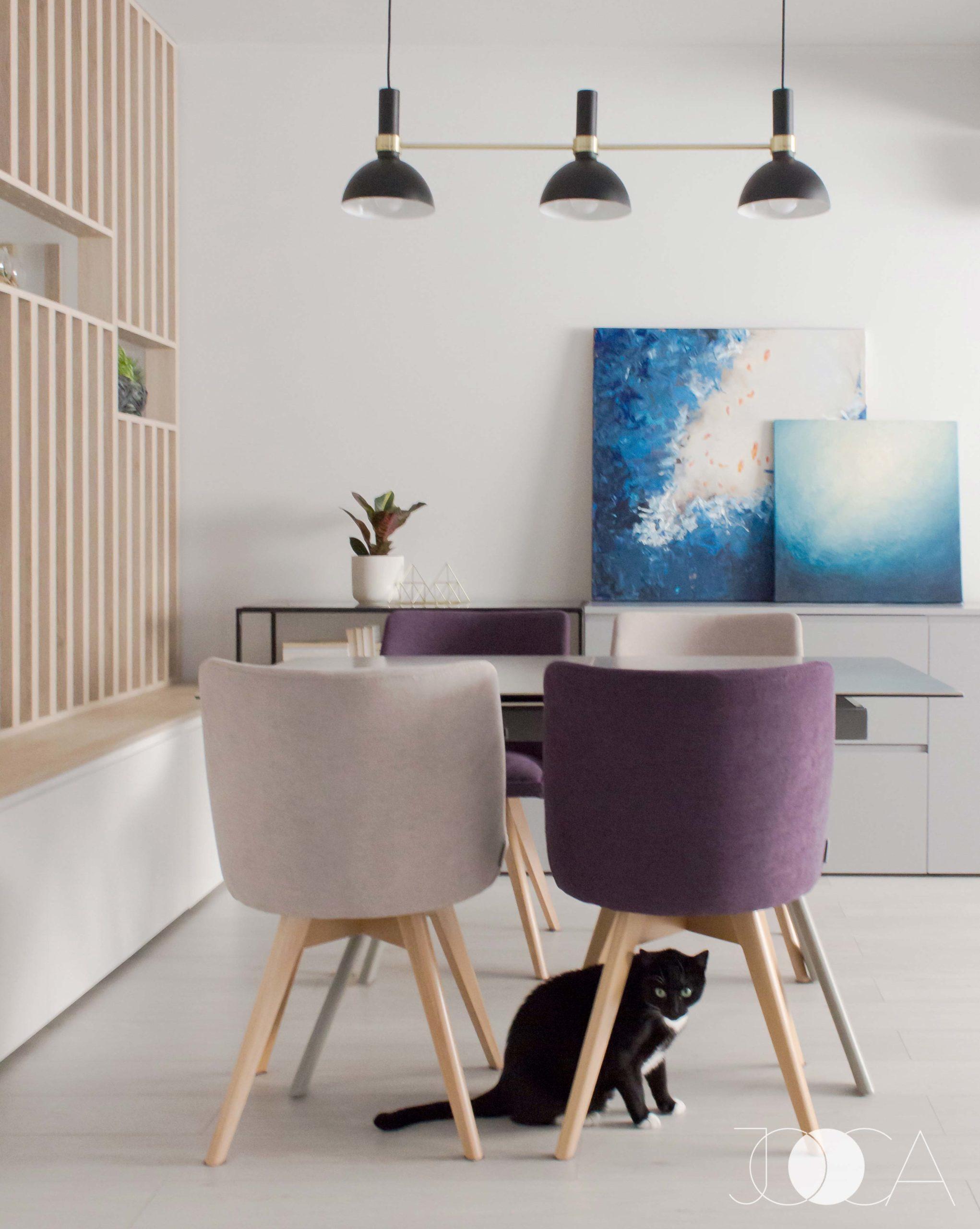 In zona centrala a open-space-ului este amenajat locul de luat masa. Masa extensibila este de la Kika, iar scaunele sunt facute pe comanda la Mobila Dalin.