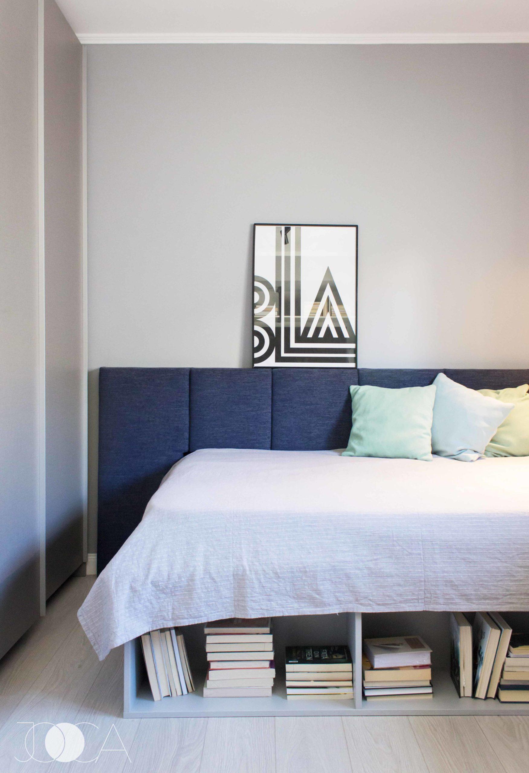 Cadrul patului are si spatiu de depozitare pentru carti. Tablia patului se continua si pe peretele lateral, pana la dressing.
