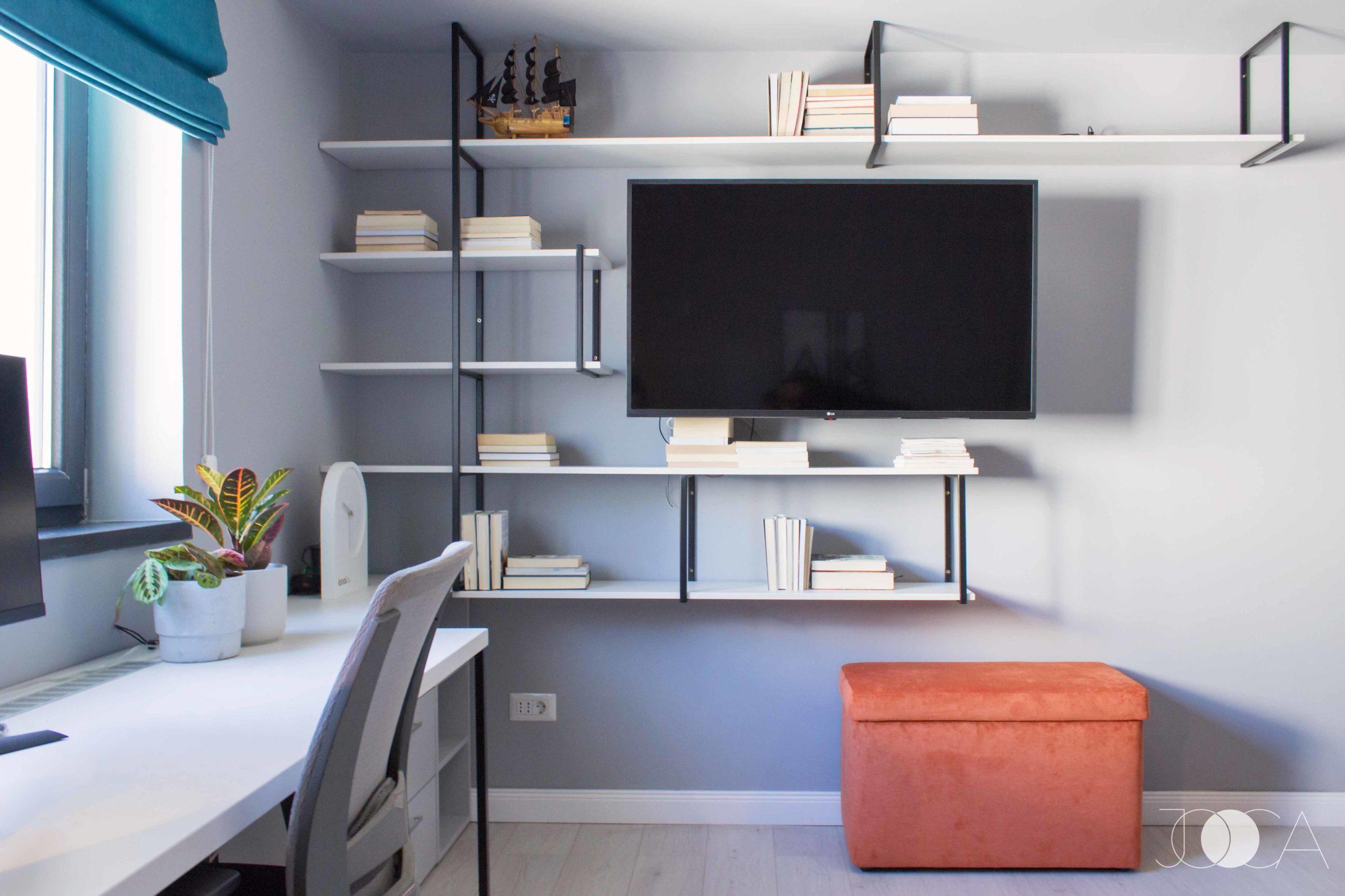 Biblioteca din camera copilului este realizata din cadre metalice, pe care se sprijina politele din pal. Transparenta cadrelor face ca zona sa para aerisita si usoara.
