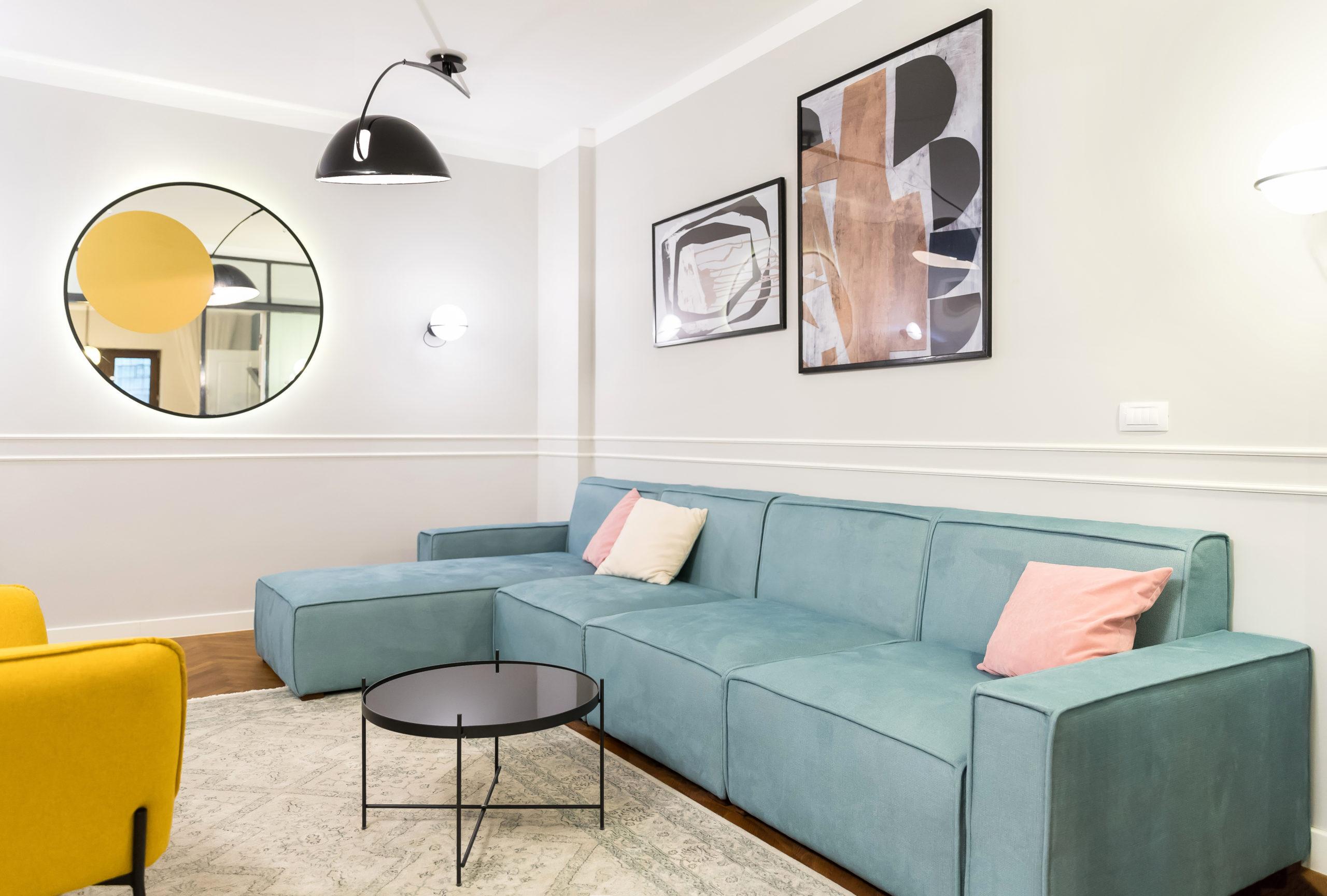 Canapeaua modulara este facuta pe comanda. Diversele surse de lumina folosite in amenajarea living-ului creeaza o scenografie interesanta si ofera beneficiarilor posibilitatea de a avea mai multe scenarii de iluminat.