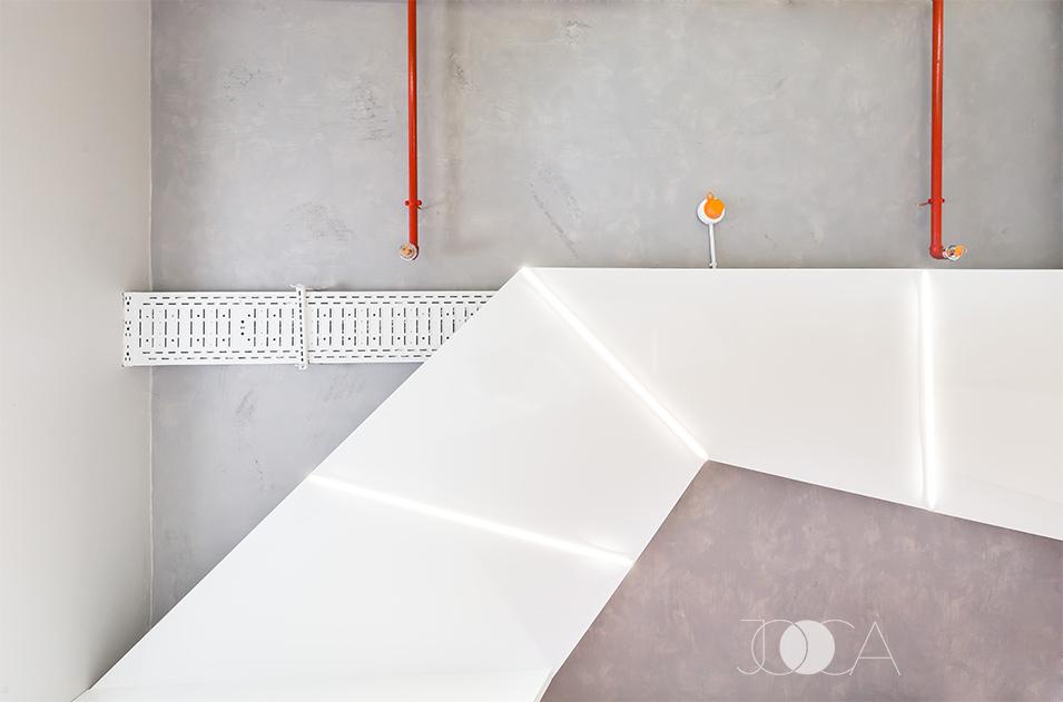 Plafonul este vopsit cu decorativa cu aspect de beton,iar tubulatura este aparenta.