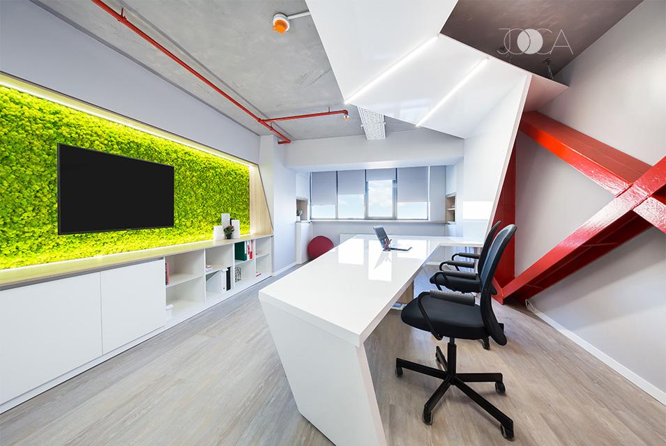 Banda alba, care porneste din plafon si se transforma in birouri, este realizata din mdf vopsit. Pentru iluminat am folosit niste profile cu benzi led incastrate in mdf.