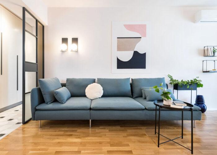Canapeaua este de la Ikea, aplicele de la Ioooi, iar tabloul este printat de Tobi Deco