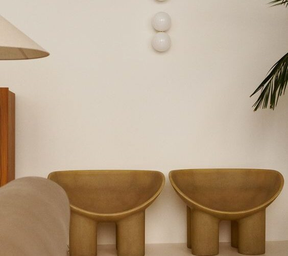 scaunul roly poly desenat de faye Toogood este vedeta design-ului neotenic