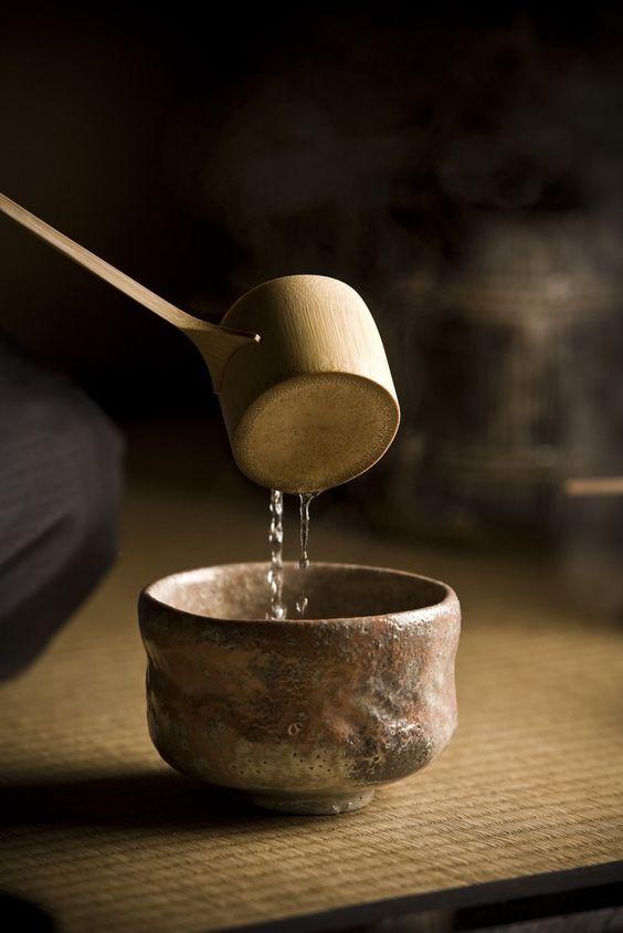 Vas pentru ceremonia ceaiului. Vasele Wabi Sabi sunt brute, simple, nu foarte frumoase âin modul convențional. Frumusețea lor este interioară și îmbogățită de utilizare si de ritual. Wabi Sabi pune accent pe lucrurile care contează cu adevărat, pe fond, nu pe formă.