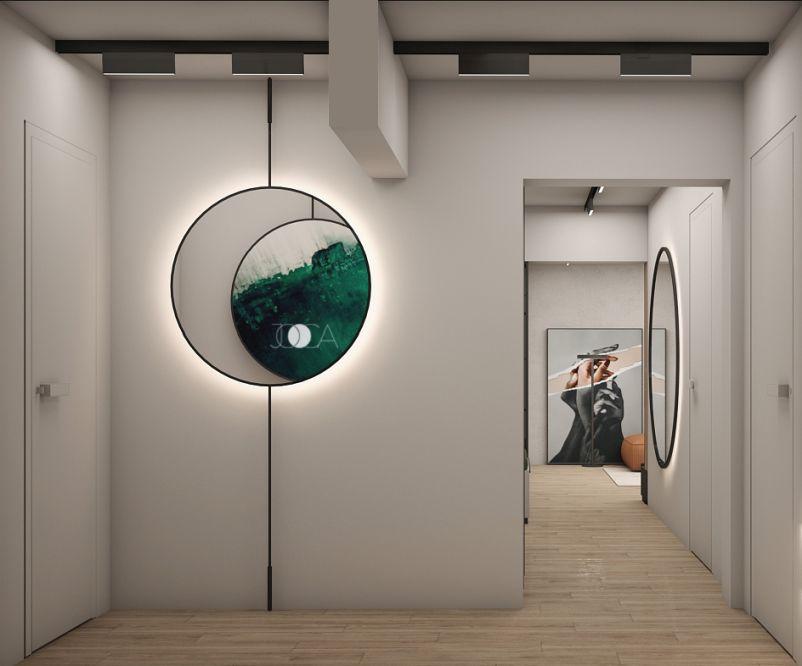 Holul este decorat cu tablouri rotunde si oglinzi cu iluminare tip hallou.
