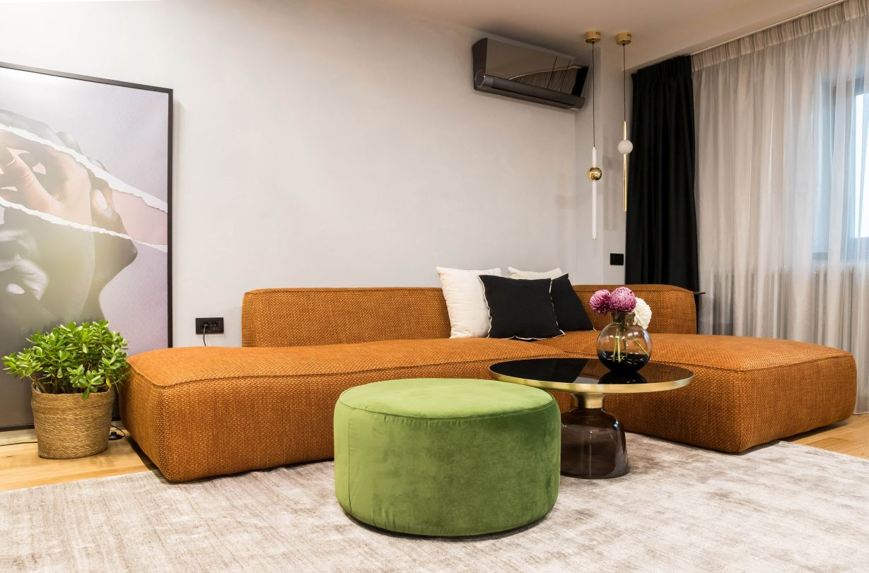 am optat pentru o canapea joasă, tapițată cu un material ușor texturat, în culoarea camel