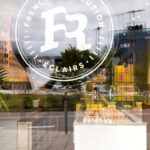 Logo-ul French Revolution Eclairs in vitrina magazinului din Floreasca